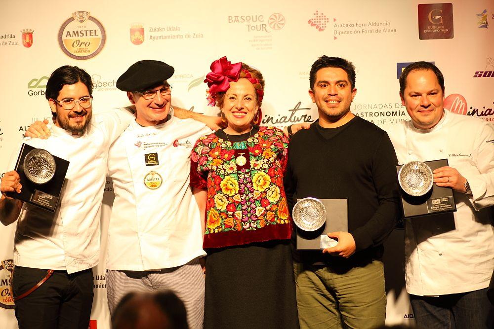 Roberta Lajous, Embajadora de México en España, rodeada de Paco Méndez, Pablo San Román, Roberto Ruiz y Enrique Fleichsmann en el homenaje a la cocina mexicana